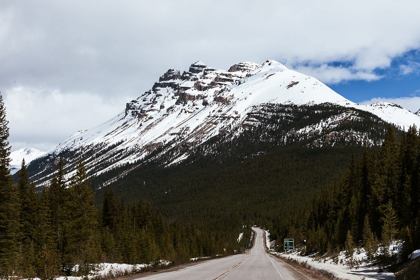 Icefields Parkway door de Rocky Mountains